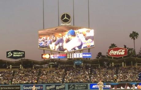 שני גברים צולמו מתנשקים במגרש הבייסבול