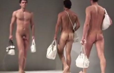 איך מוכרים תיקים לקהל נשי? עם דוגמנים עירומים כמובן!