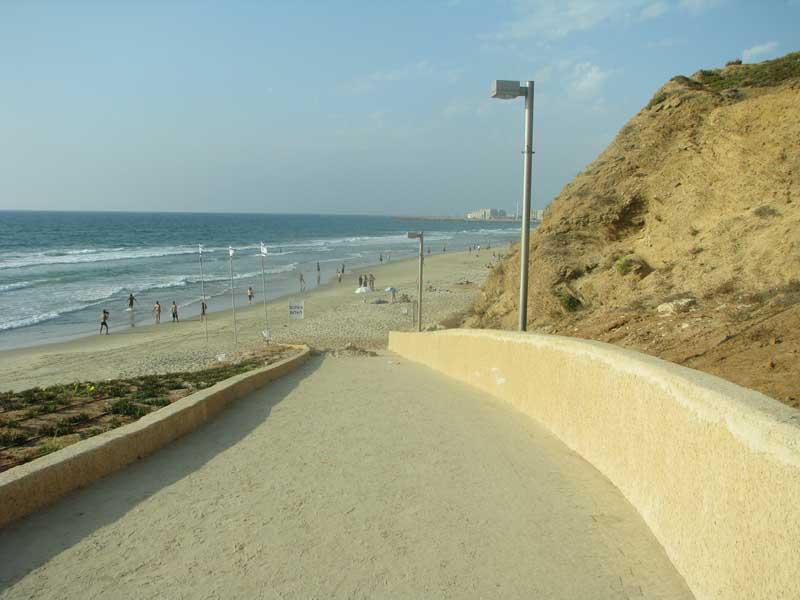 מה קורה בחוף הצוק במשך היום והלילה